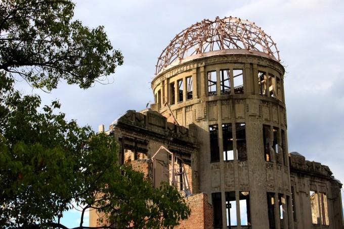 夕日を背に受ける原爆ドーム