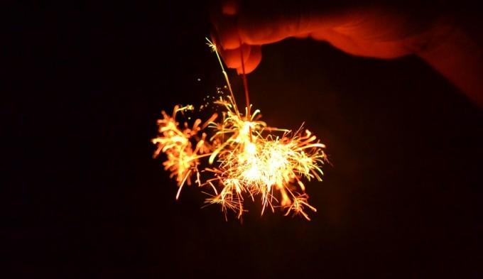 線香花火を手で持つ
