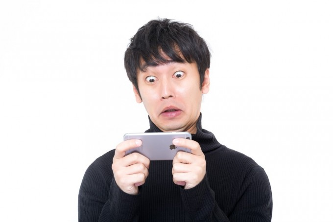 ぎょえー(スマホで衝撃映像を見る男性)