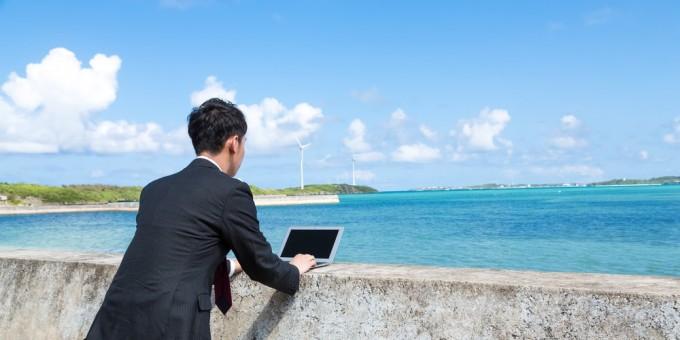 防波堤にMacBook Airを置き、打ち合わせをするノマドファイター