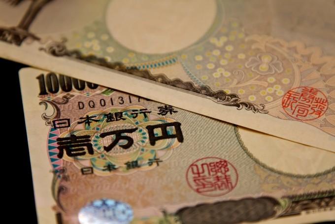 重ねられた壱万円札
