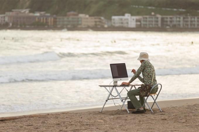 サーフィンをしに海へ来たのに、ついついコーディングしてしまうIT戦士