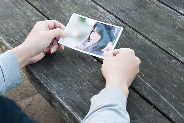 恋人の写真を眺める