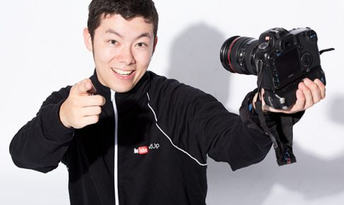 一眼レフで自撮りする人気動画クリエイター