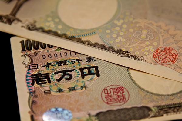 重ねられた壱万円札(2枚)