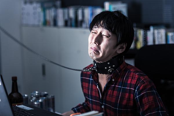 首輪を繋がれ泣きながら残業する若きエンジニア