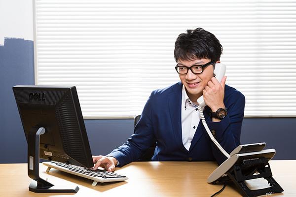 電話応対する若い営業
