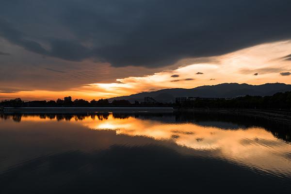 夕焼けと反射する水面
