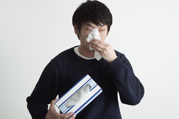 花粉症に悩まされるティッシュ系男子