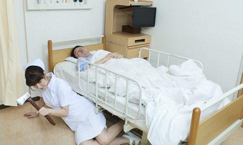 患者のベッドの下から斧を持って這い出てくる看護師
