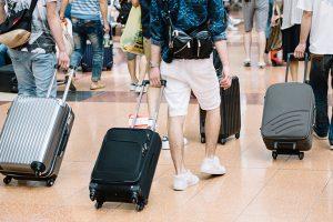 空港でキャリーバッグを持った観光客