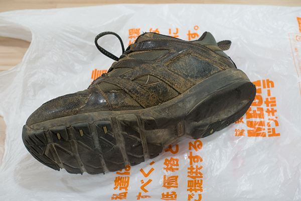 泥だらけの靴 横