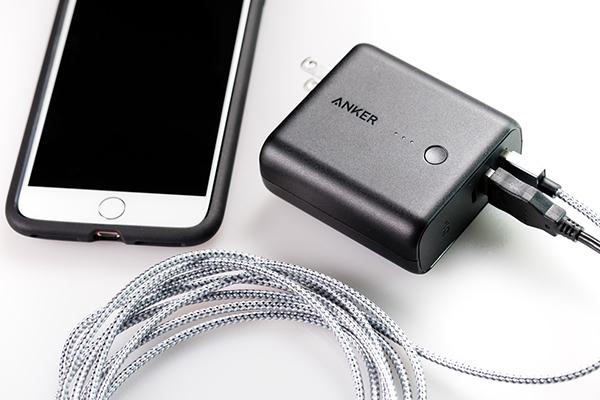 スマホを充電するには丁度いい大きさのモバイルバッテリー