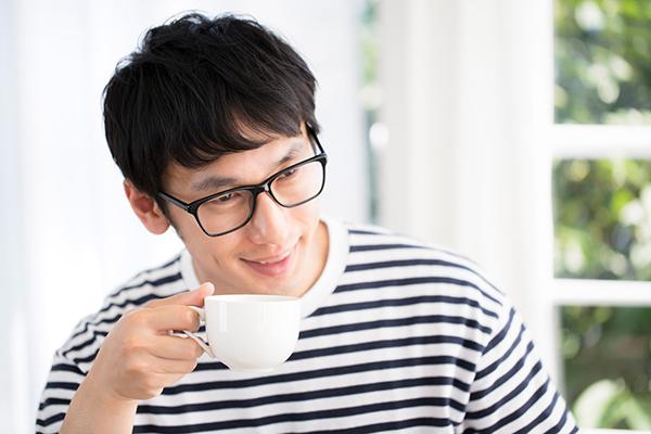 打ち合わせ中コーヒーを飲みながら相手の顔色を伺う人