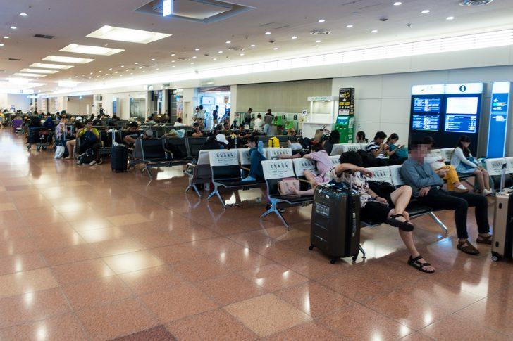 羽田空港 国際線ターミナル ベンチで寝る人